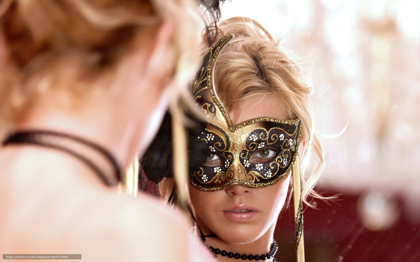 Девушка, зеркало, маска, отражение, бусы фото.