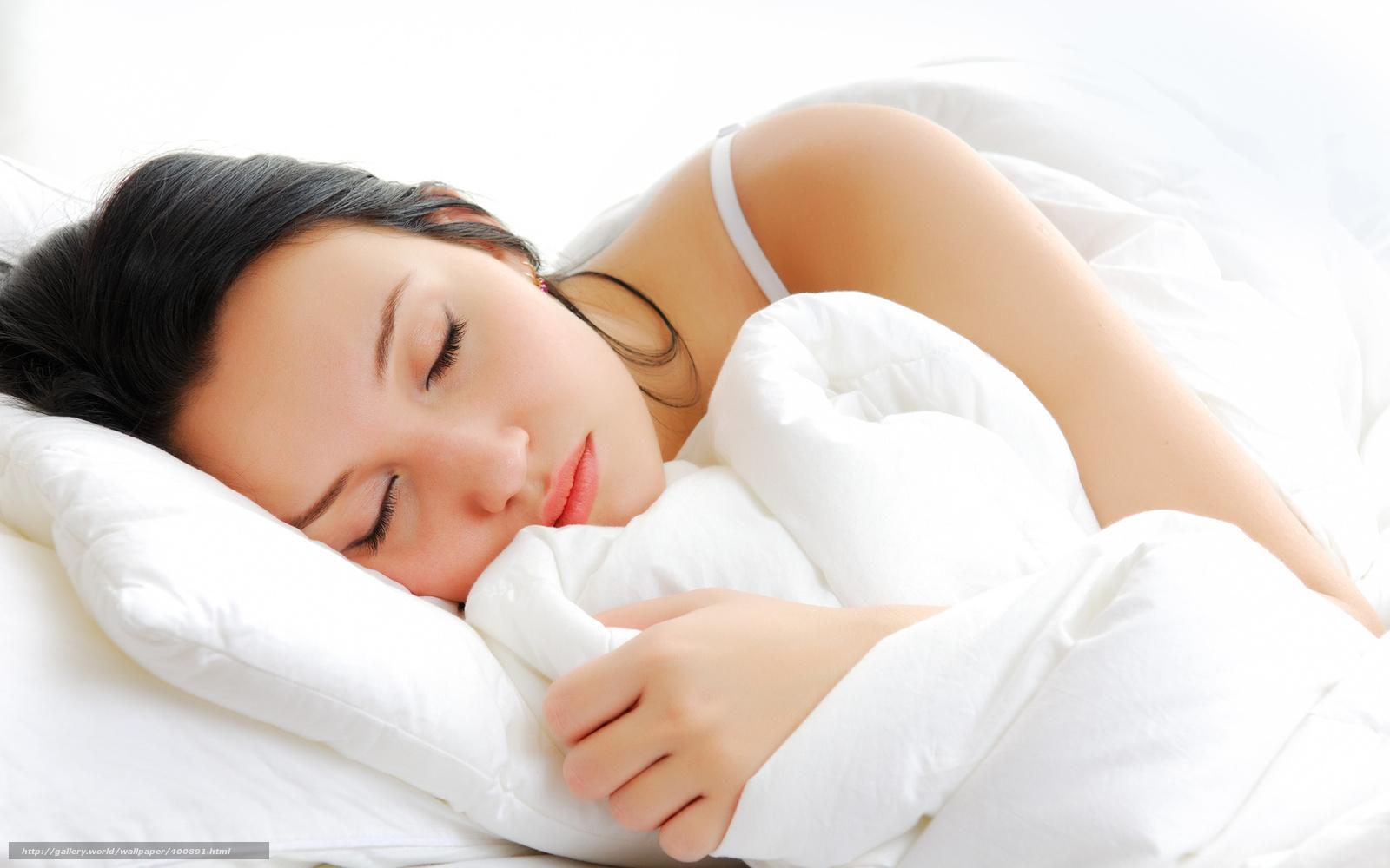 девушка, брюнетка, сон, подушки, одеяло, лямочка