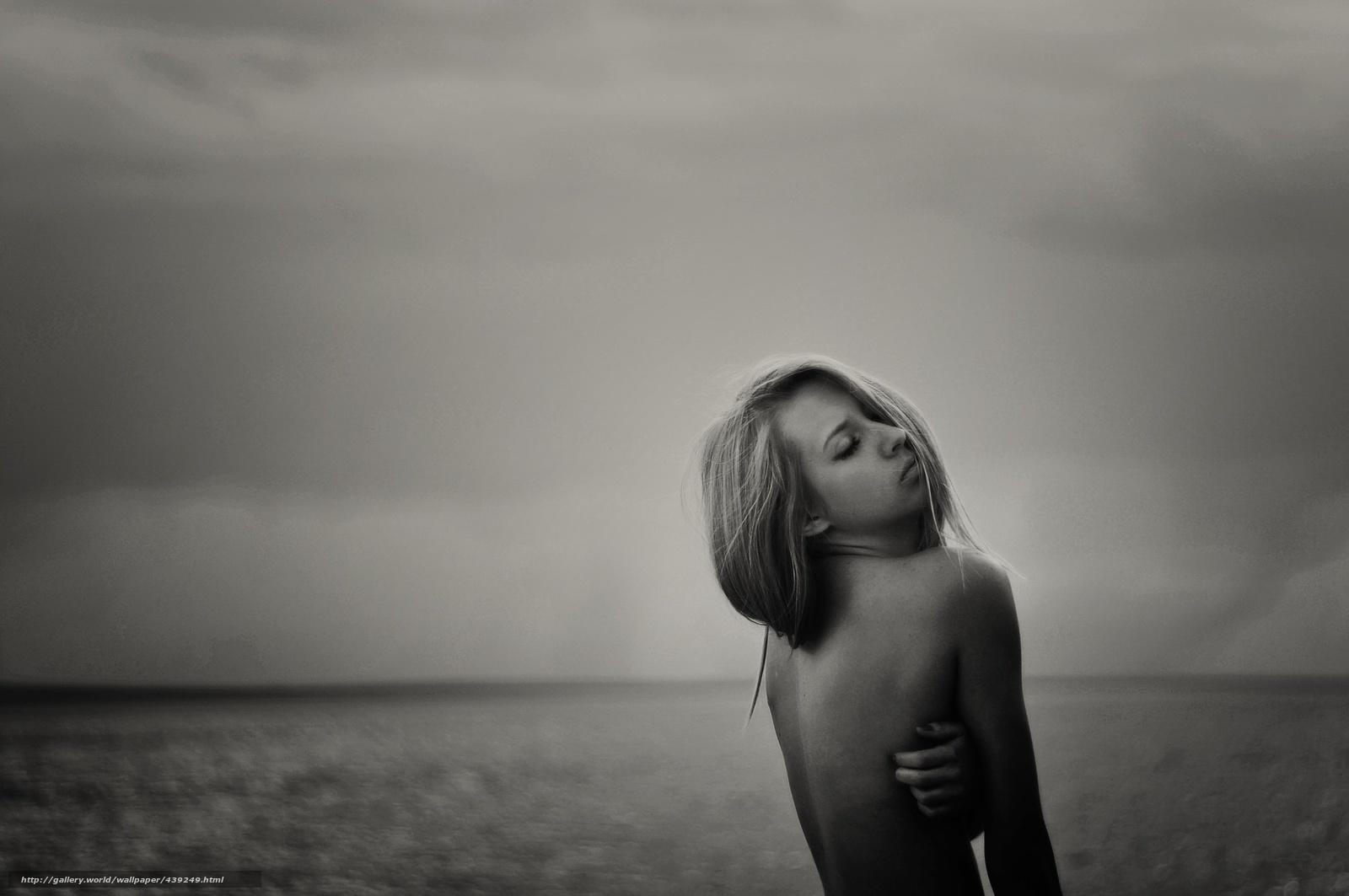 девушка на море черно белое фото