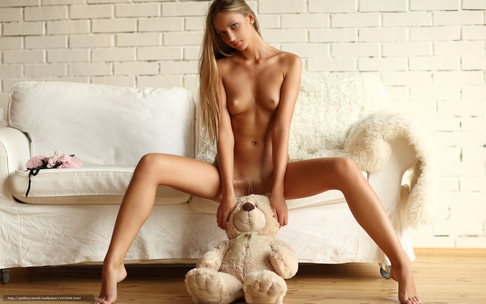 Фото девушек голые игрушка между ног 24 фотография